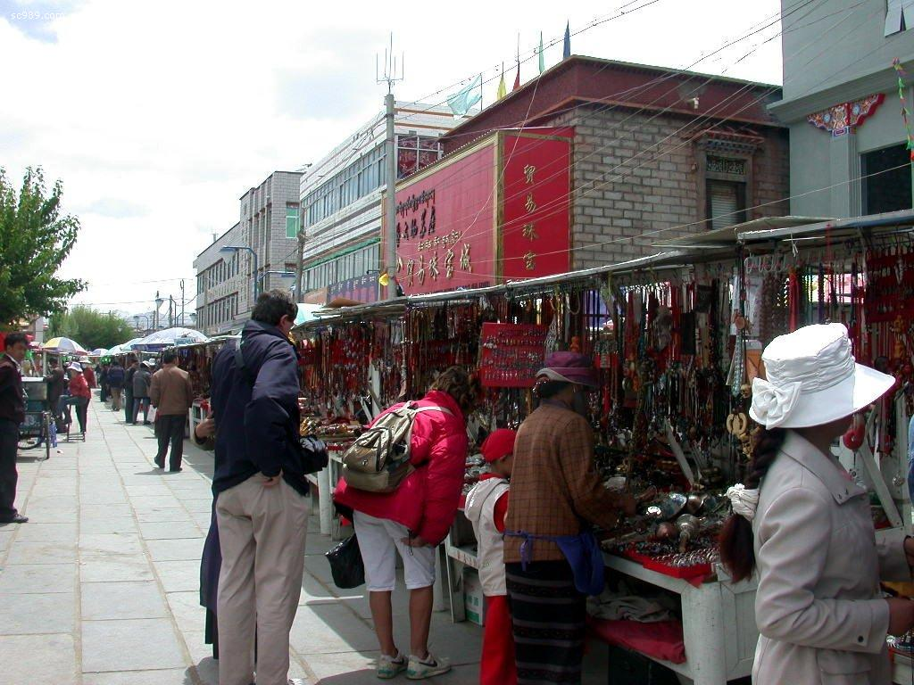 Foreigners Shopping in Lhasa
