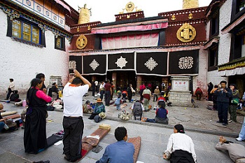 local-pilgrims-at-front-of-jokhang-temple
