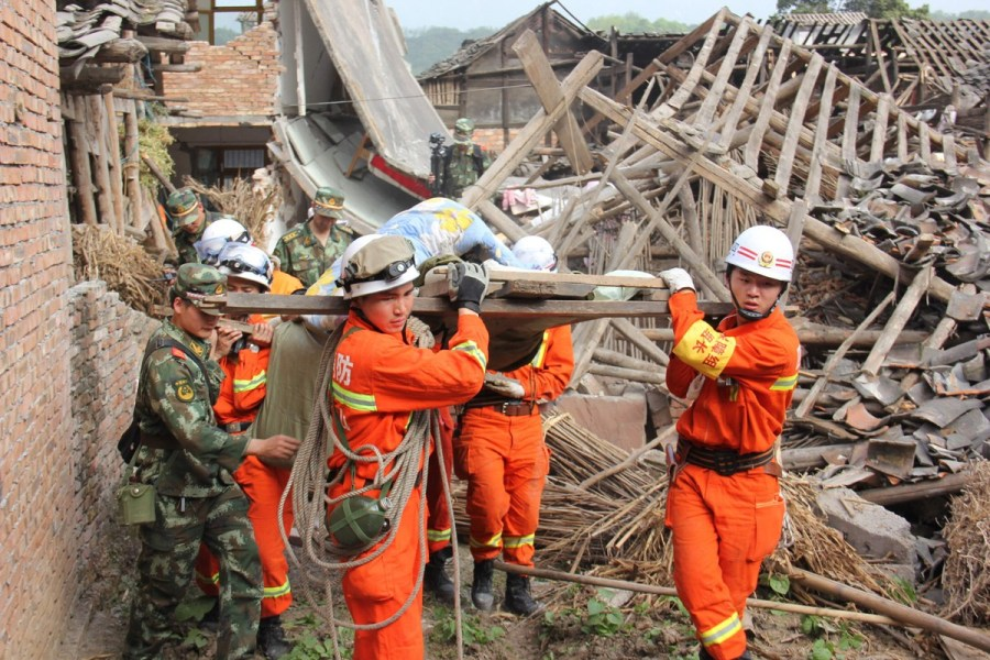 2013 Sichaun Earthquake Soldiers Saving Victims