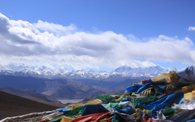 Stunning views of Himalaya mountain ranges at Pangla pass on the way to Rongbuk