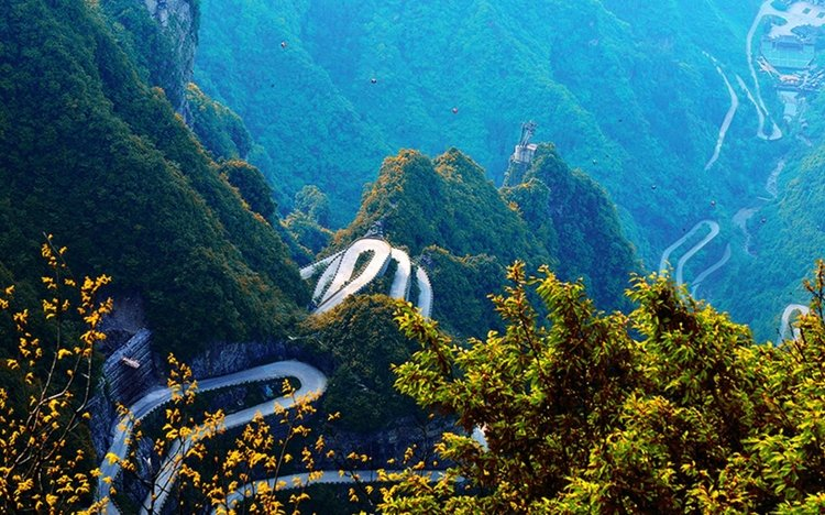 Roads to Tianmen mountain